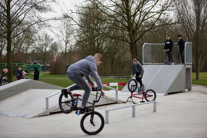 De vernieuwde skatebaan in Brummen wordt sinds de heropening vorige week weer goed bezocht.