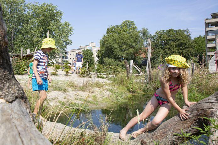De mooie zomer biedt de juiste entourage voor spelende kinderen in Doepark De Hagen.