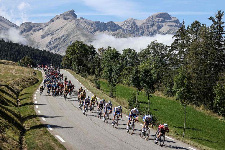 Het Tour-peloton raast door de Alpen, op weg naar aankomstplaats Orcières-Merlette. Beeld AFP