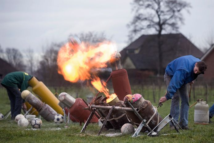 Carbidschieten op oudjaarsdag is traditie in de Achterhoek, zo wordt er in Varsselder (foto) al zeker sinds 2010 geknald.
