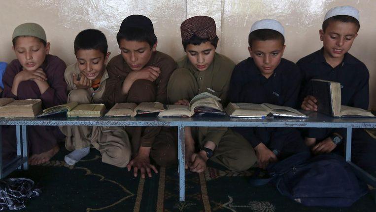 'De leerlingen moeten er les na les Arabische letters aan elkaar rijgen zonder ook maar iets van de onderliggende tekst te begrijpen.' Beeld REUTERS
