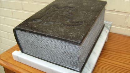 Kunstenaar schenkt arduinen Reynaert boek aan gemeente