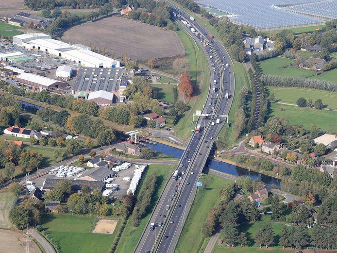 De A58 en het Wilhelminakanaal aan de zuidkant van Oirschot.