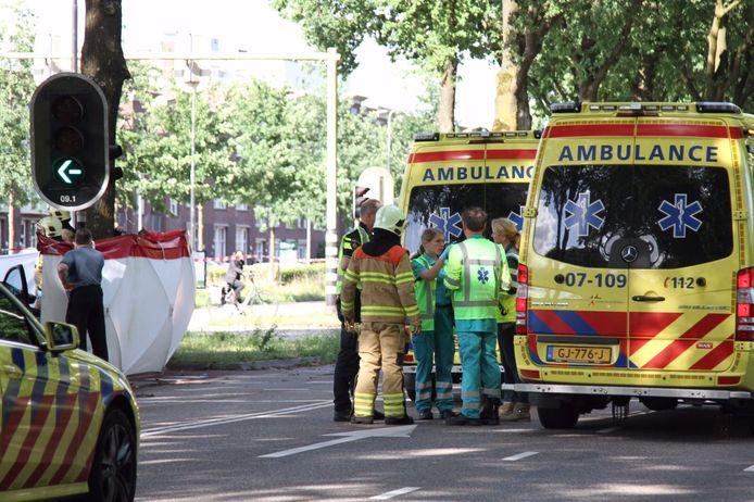 Bij de botsing op de Rijksweg in Ede is zondagmiddag een inzittende van de auto overleden. Vier anderen raakten gewond.