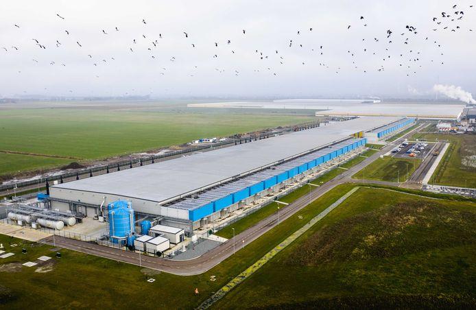 Dronefoto van een datacenter van Google in Nederland.