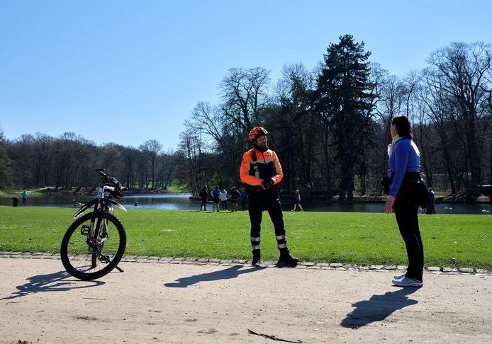 De politie controleert of de mensen zich aan de regels houden in het Ter Kamerenbos.