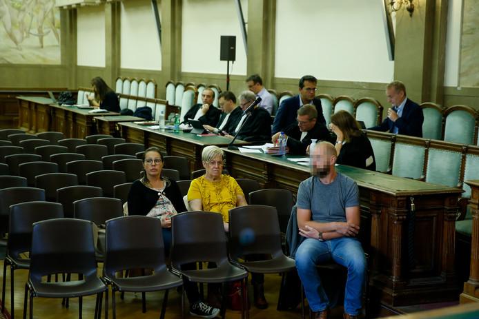 Le conducteur du train (à droite sur la photo) nie avoir passé le signal rouge, comme il l'a répété ce jeudi devant le tribunal de police de Bruxelles.