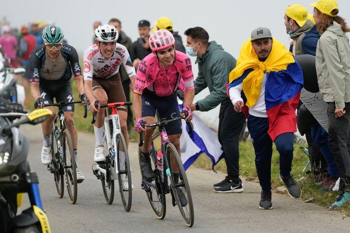 Wilco Kelderman (l) in het wiel van rivaal Ben O'Connor op de Col du Portet.
