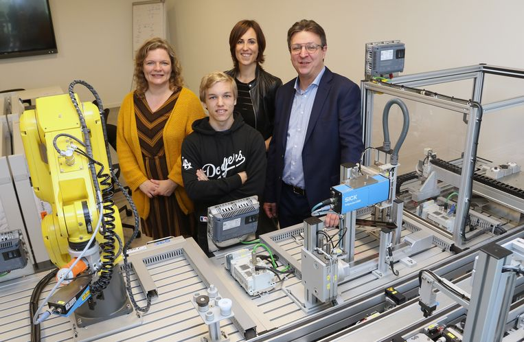 Elke Peeters, Yentl Hendrickx, Liesbeth Lemmens en Serge Casier bij de miniatuurfabriek.