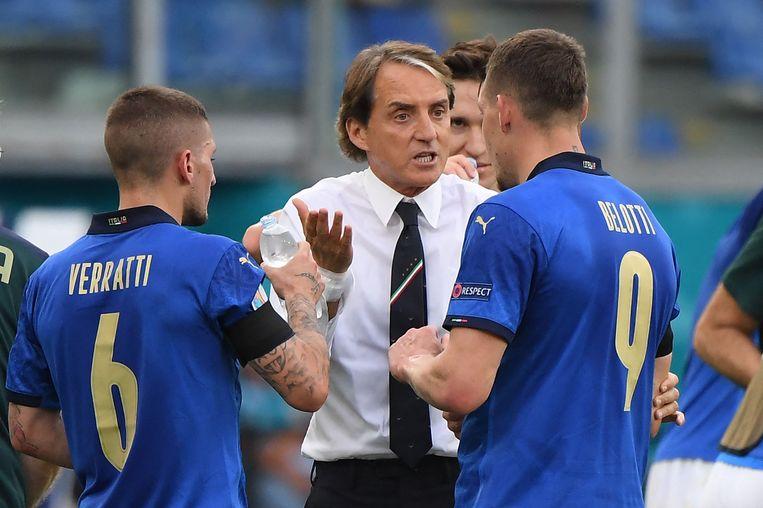 Roberto Mancini instrueert zijn spelers. Beeld AFP