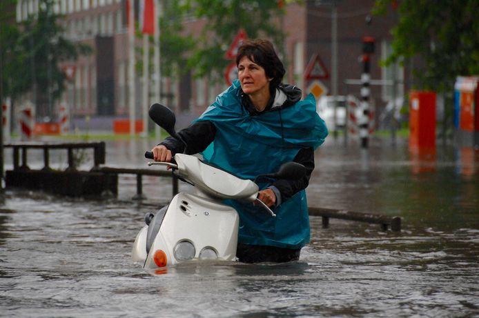 Een vrouw werd met haar scooter getroffen door het noodweer op de Wichard van Pontlaan in Arnhem.