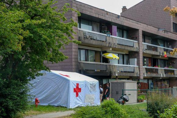De hupdiensten bij het flatgebouw na de brand.