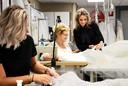 Ramona met haar moeder Ineke Ploegmakers. Zij werkt ook nog altijd elke dag in het bedrijf.