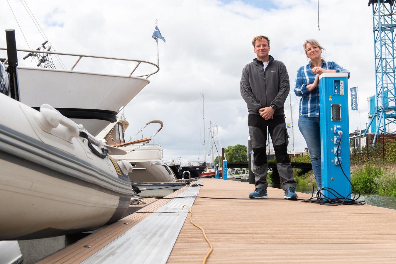 Mark en Janet Crezée op een van de nieuwe steigers in de haven.