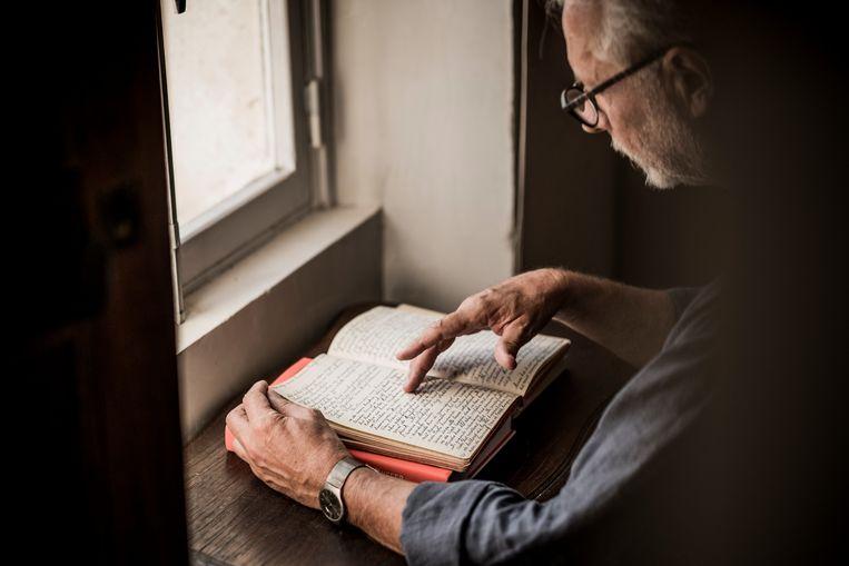 ► Hertmans leest in de schriftjes van zijn grootvader die tot Oorlog en terpentijn leidden. 'Je kunt niet loyaal zijn tegenover wat je niet meer voelt.' Beeld Diego Franssens