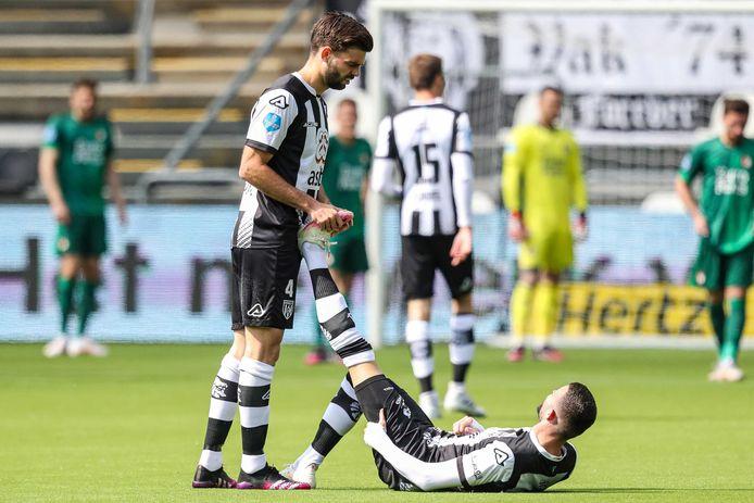 Robin Pröpper(links) is geschorst voor de uitwedstrijd tegen AZ. Topscorer Rai Vloet (op de grond) liep tegen Feyenoord donderdag een spierblessure op en is nog een vraagteken.