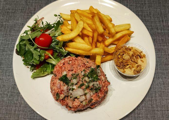 Tartaar van Charmolais met frietjes en seizoensslaatje.