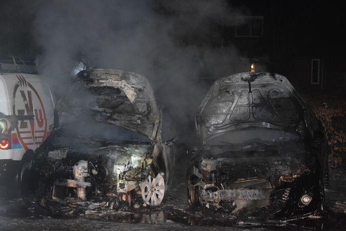 Twee auto's die geparkeerd stonden in de Krabstraat zijn volledig uitgebrand.
