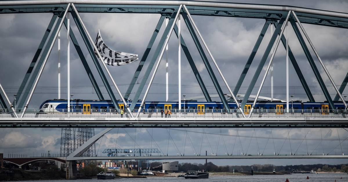 Gigantisch spandoek hangt hoog boven het spoor in Nijmegen: gevaarlijke situatie