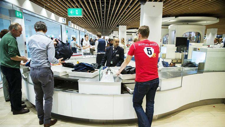 Beveiligingspersoneel op Schiphol bij een van de centrale securitypunten. Beeld anp