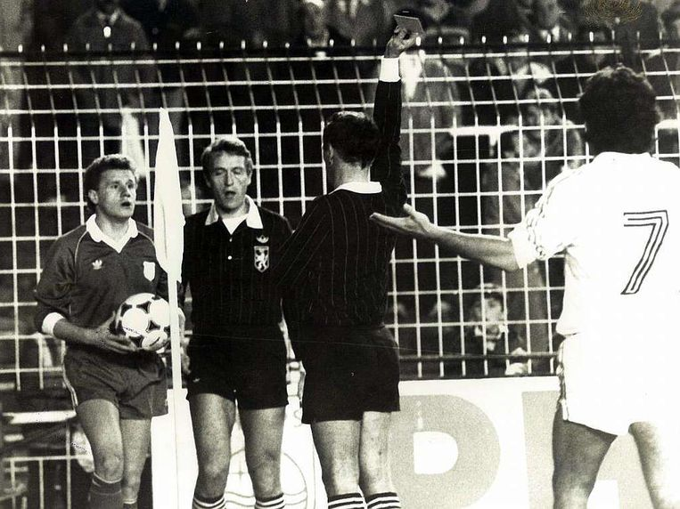 Roger Schoeters geeft in 1984 in stadion Bernabéu twee keer geel en dus rood aan de doofstomme Damir Desnica.Real Madrid profiteert en knikkert Rijeka uit de UEFACup. Beeld RV
