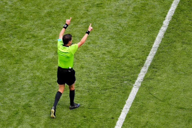 Scheidsrechter Andres Cunha wijst een penalty toe aan Frankrijk. Beeld Getty Images