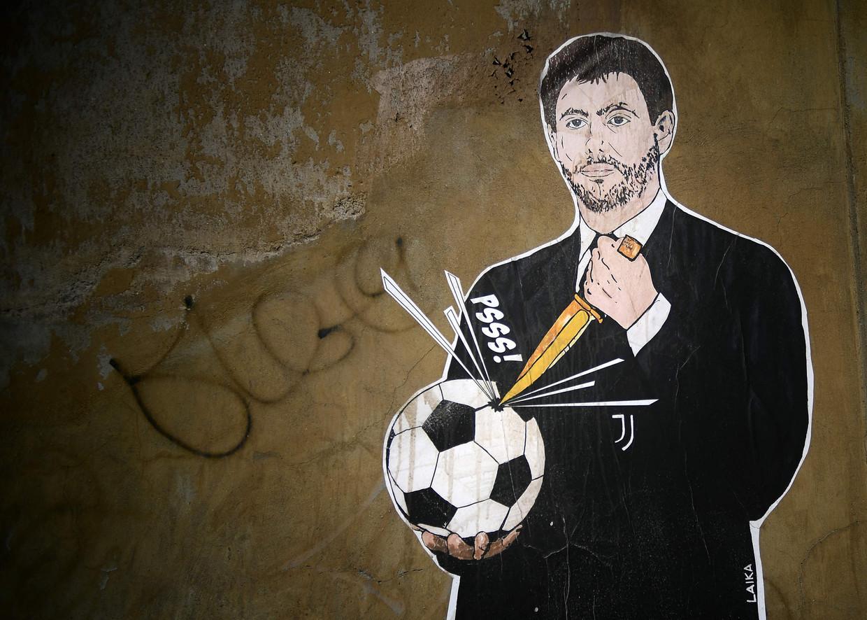 Graffitti van Juventus-voorzitter Andrea Agnelli, die het voetbal de doodsteek geeft.