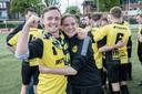 Gijs Müskens viert het kampioenschap van Groesbeekse Boys.