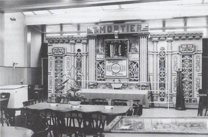 Het Mortierorgel in café-danszaal Du Commerce aan het Spuiplein 41 in Breskens, eind jaren zestig, foto Jack Jacobs, tijdschrift Zeeland, 1 september 2013, Krantenbank Zeeland.