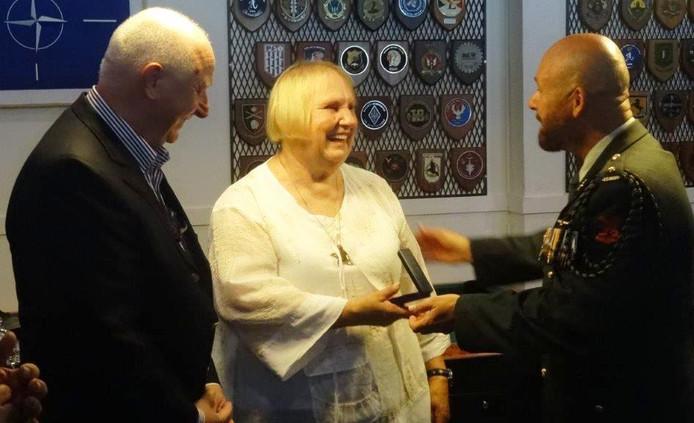 Het teken van respect en waardering is postuum aan Gerard van Bavel toegekend en uitgereikt aan familieleden door majoor Marco Kroon (rechts).