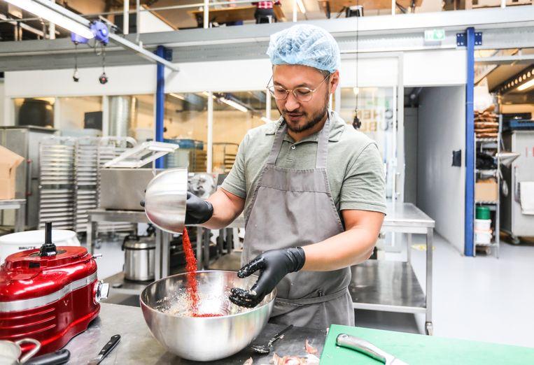 Alex Boyce bereidt een kimchivariant. 'Thuis aten we zelfs kimchi op hotdogs, in plaats van zuurkool.'    Beeld Eva Plevier