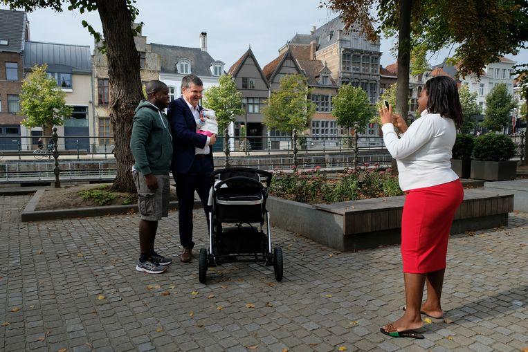 Bart Somers, burgemeester van Mechelen tijdens een wandeling door de stad. Beeld Bart Van der Moeren