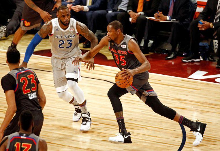 LeBron James versus Kevin Durant in het NBA All Star Game. Ze staan allebei centraal in een nieuwe campagne van Nike, die de nadruk legt op gelijkheid. Beeld Photo News