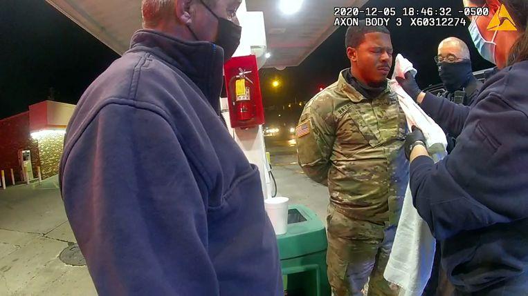 Ambulancepersoneel behandelt Nazario, die handboeien om heeft. Hij werd zonder aanklacht vrijgelaten. Beeld REUTERS