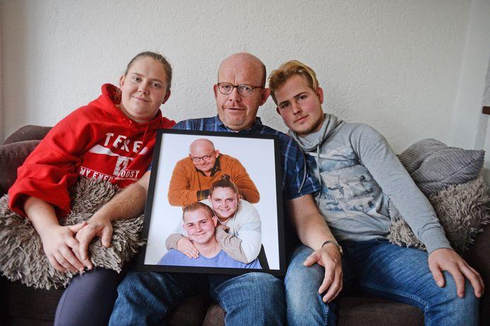 Vader Frank van Delden, zijn dochter Annemiek en zoon Christiaan, met de fotoshoot van het gezin.