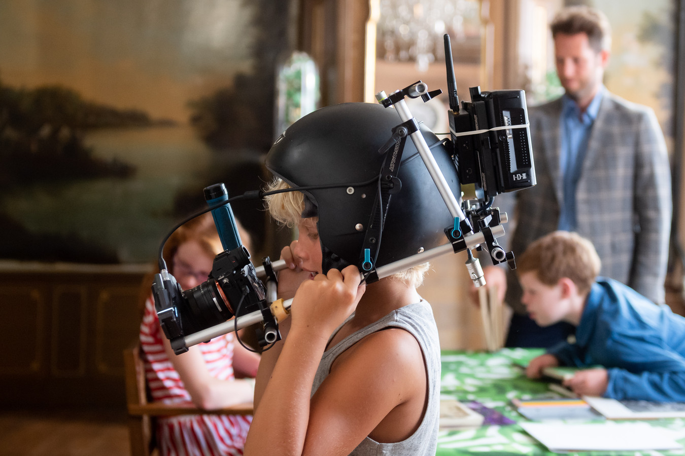 De jonge Vincent van Gogh met filmhelm tijdens de opnames van de film in de pastorie in Zundert.