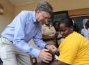 Bill (links op een foto die in Ghana werd genomen) en Melinda Gates besteden een flink deel van het budget van hun stichting aan vaccins voor arme landen.