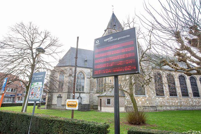 De gemeente is van plan om alle houten staketsels te vervangen door digitale infoborden.