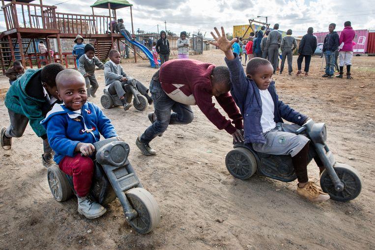 Kinderen spelen in het Ikusasa Lethu-jongerenproject in Freedom Park, in een arm deel van township Soweto. Beeld Bram Lammers