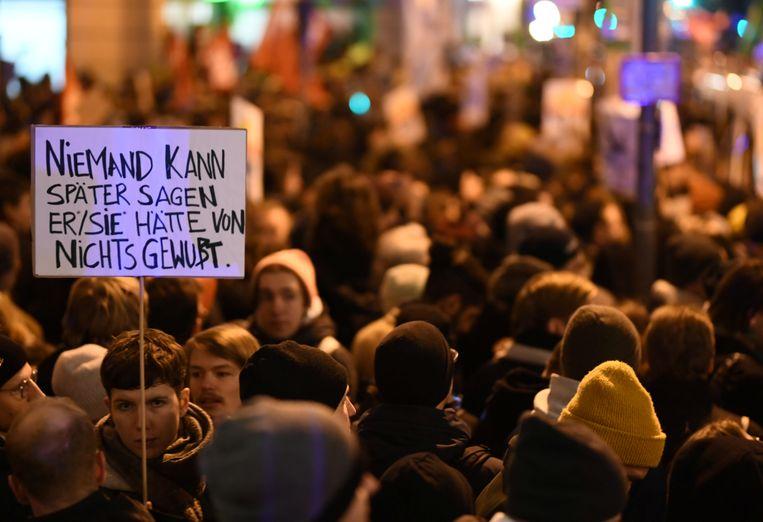 Op verschillende plaatsen in Duitsland zijn vanavond ook mensen op straat gekomen om te protesteren tegen het feit dat een minister-president met extreemrechtse steun in het zadel werd geholpen. Zo ook in Berlijn. Beeld REUTERS