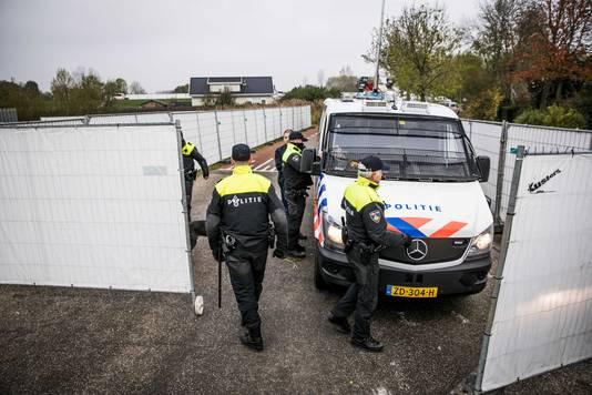 2019-11-21 09:18:49 LITH - De politie heeft een inval gedaan in een woonwagenkamp in het Noord-Brabantse Lith. De inval maakt deel uit van Operatie Alfa, een politieonderzoek naar een criminele familie in Oss. ANP ROLAND HEITINK