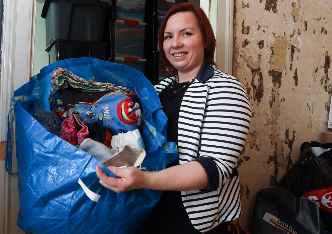 Jessica T'Kindt van webwinkel ZaZoel met binnengebrachte tweedehands kleding. De eetkamer wordt verbouwd tot kantoor en opslagruimte.