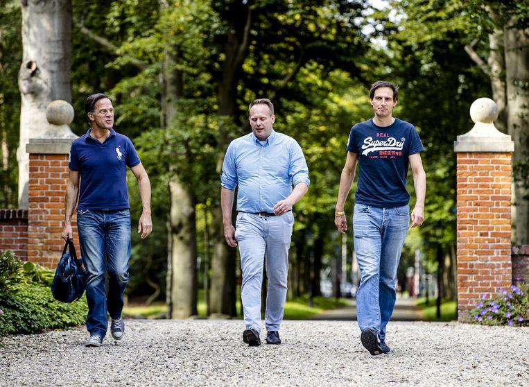 Mark Rutte (VVD), Pieter Heerma (CDA) en Wopke Hoekstra (CDA) komen aan op landgoed De Zwaluwenberg. Beeld ANP