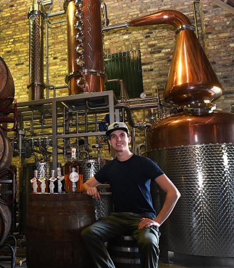 Leon van Welie maakt eigen borrel of likeur van restfruit