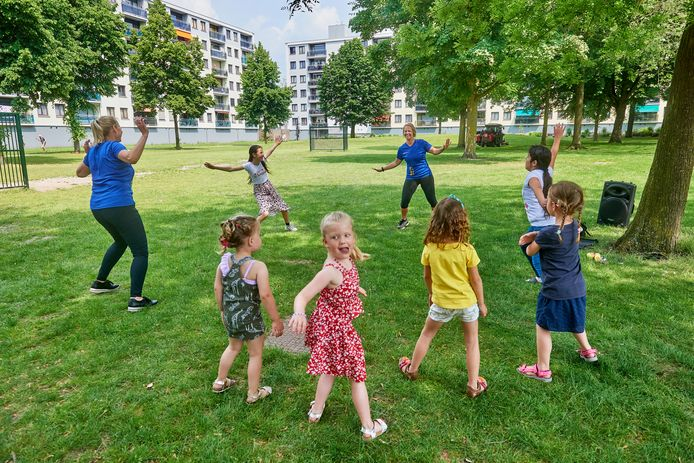 Op de straatspeeldag konden kinderen in Uden ook dansen, op een veldje in de flatwijk met Leny van Gemert (links) en Anne van Melis, beiden van 'Guus beweegt  je'.