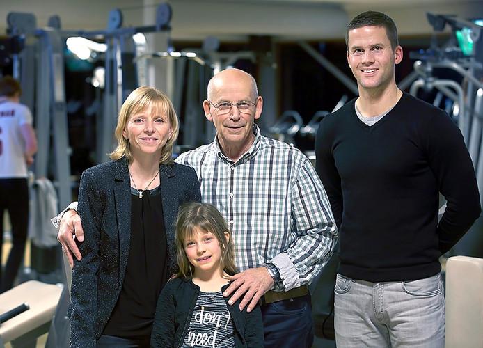 Piet en Anica de Jong, met hun dochter Amy voor zich, gaan stoppen met Sportgezondheidscentrum Zevenbergen. Tijs van Uffelen neemt de zaak over.