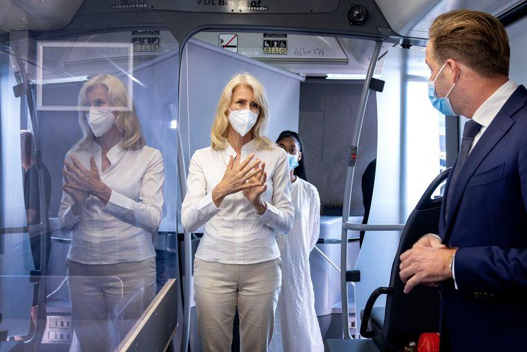 Demissionair minister Hugo de Jonge (Volksgezondheid) en demissionair staatssecretaris Mona Keijzer (EZ en Klimaat) brengen een bezoek aan een mobiele vaccinatiebus. De GGD zet de bussen in om de vaccinatiegraad te verhogen.  Beeld Hollandse Hoogte /  ANP