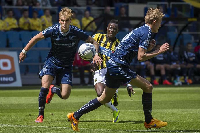Timo Letschert (links) in actie tegen Vitesse.