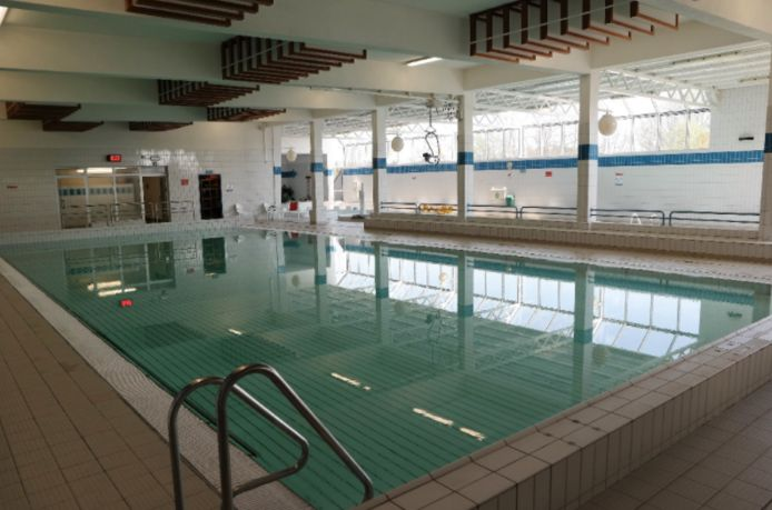 Zwembad De Warande blijft voorlopig gesloten.