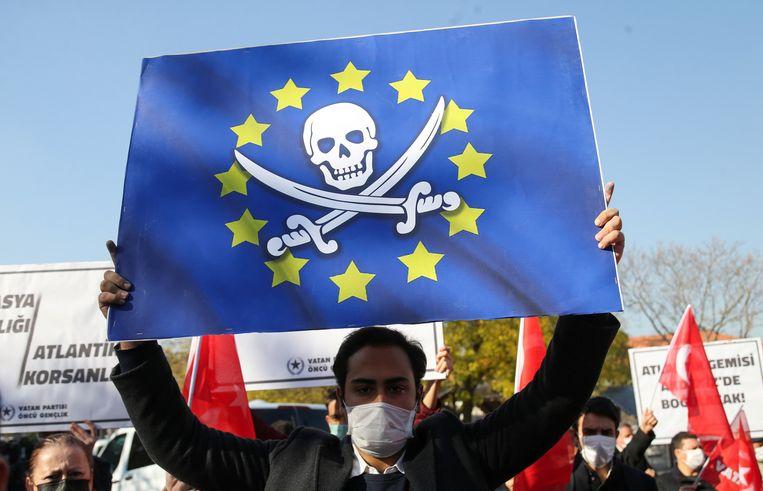 Leden van de Turkse Vatan (Patriottische) Partij verzamelden zich in november bij de Duitse ambassade in Ankara om te protesteren tegen het feit dat Duitse soldaten een Turks zeeschip op de Middellandse Zee uitkamden. Beeld Reuters